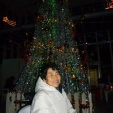 クリスマスツリーの前で