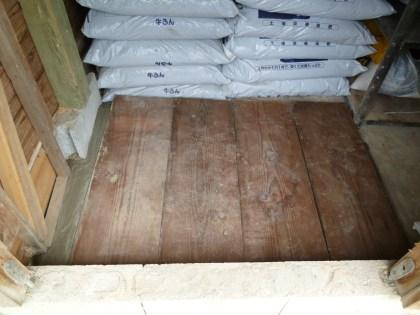 分厚い松板で作った芋坪の蓋)