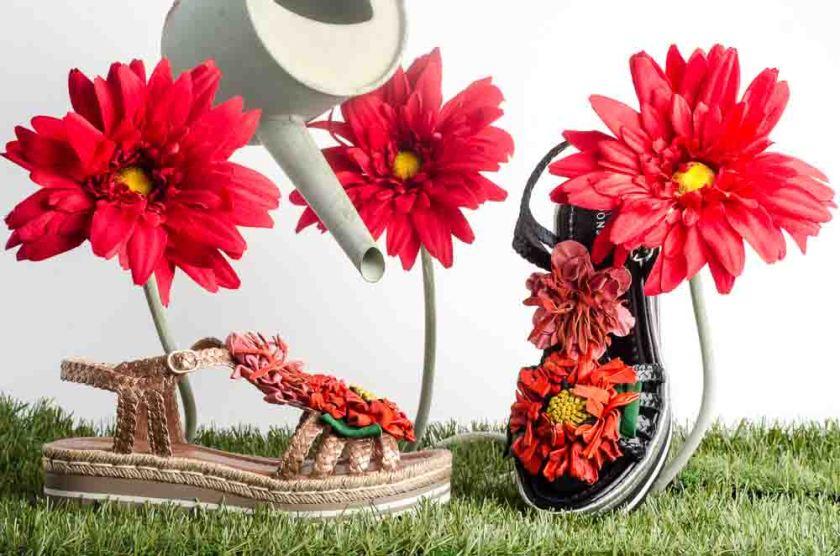 Sandalias de plataforma negras y beige con flores naranjas y rosas Pons Quintana