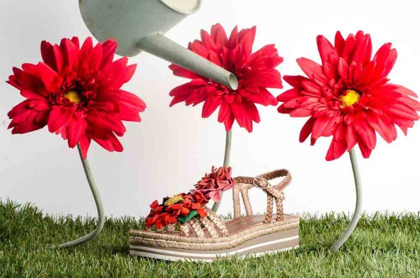 Sandalia trenzada de plataforma con flores Pons Quintana 6814.000 en color bronce