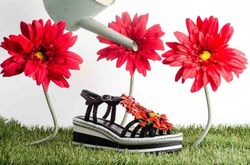 Sandalia negra de cuña trenzada con flores Pons Quintana 6979.000 negras