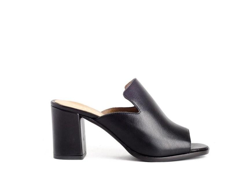 Sandalias negras de tacón ancho estilo zueco con puntera abierta