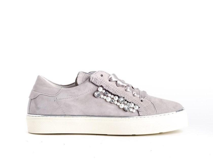 zapatillas para mujer grises con piso blanco, perlas y cordones de lazo