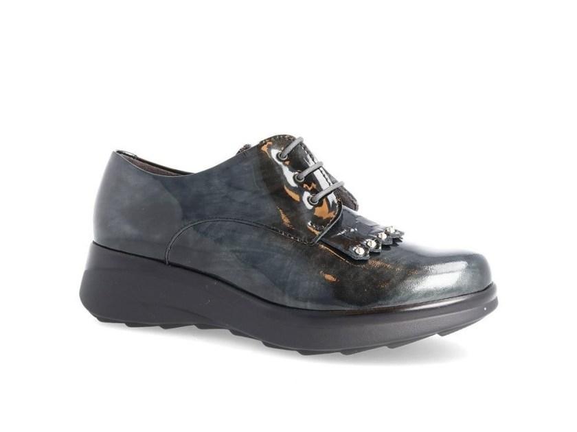 Zapato de charol con cordones para mujer.