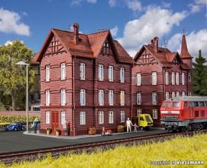 Vollmer - Edificio para trabajadores ferroviarios con atico, Epoca III, Escala H0, Ref: 43806.