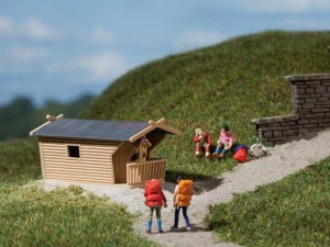 Auhagen - Dos cabañas de madera, bancos, mesas y puentes, Escala H0, Ref: 42642.