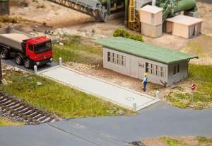 Faller - Bascula de pesaje de camiones y edificio de oficna, Epoca III, Escala H0, Ref: 130172.
