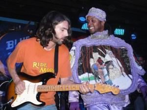 Big Chief Bo Dollis Jr et l'excellent guitarise de Wild Magnolias