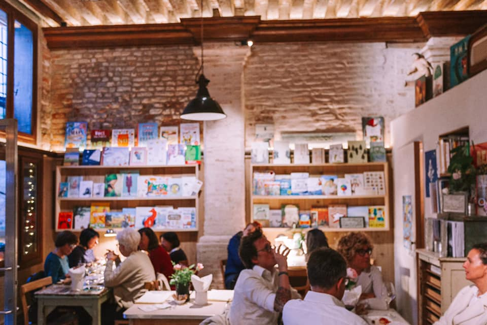 Cosy Sallaluna cafe in Venice!