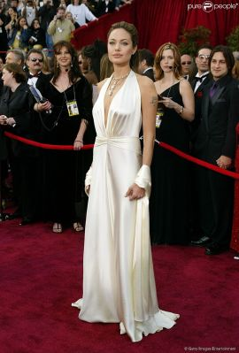 143073-angelina-jolie-usou-um-vestido-branco-950x0-2
