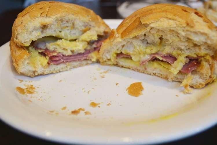 Starbucks Brasil Sanduiche Pastrami com queijo gouda