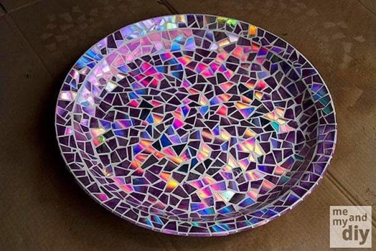 a melhor escolha_redecorando prato com pedacos de cd