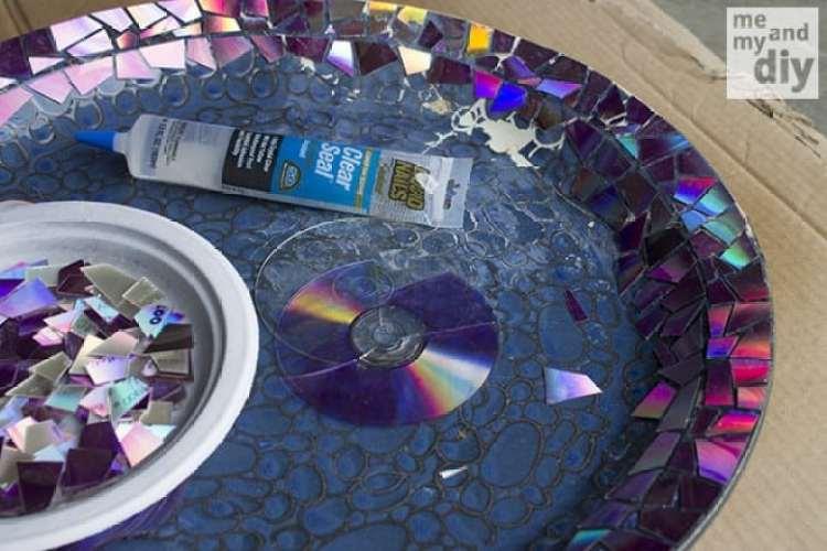 a melhor escolha_redecorando vaso com pedacos de cds