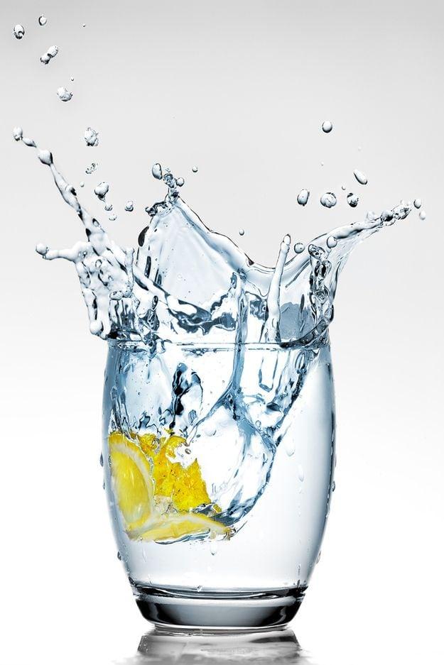 A importancia de tomar oito copos de agua por dia e manter o corpo funcionando de forma saudavel