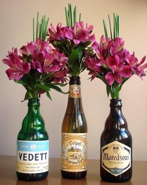 decoracao com flores em garrafas
