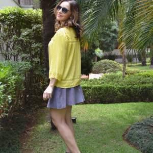 Look usando Bata Amarela