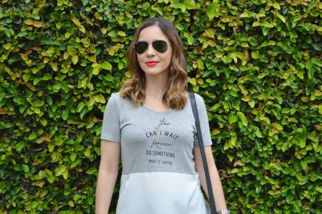 look usando calca pantacourt, camiseta e sandalia animal print