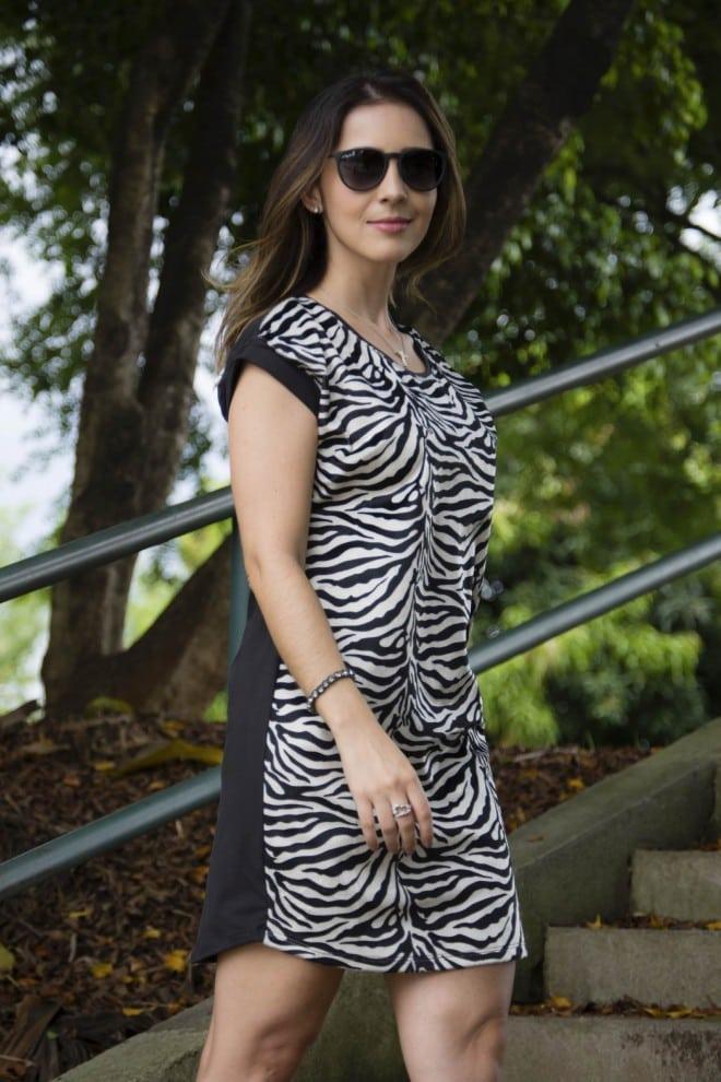 look usando vestido preto e branco animal print equus