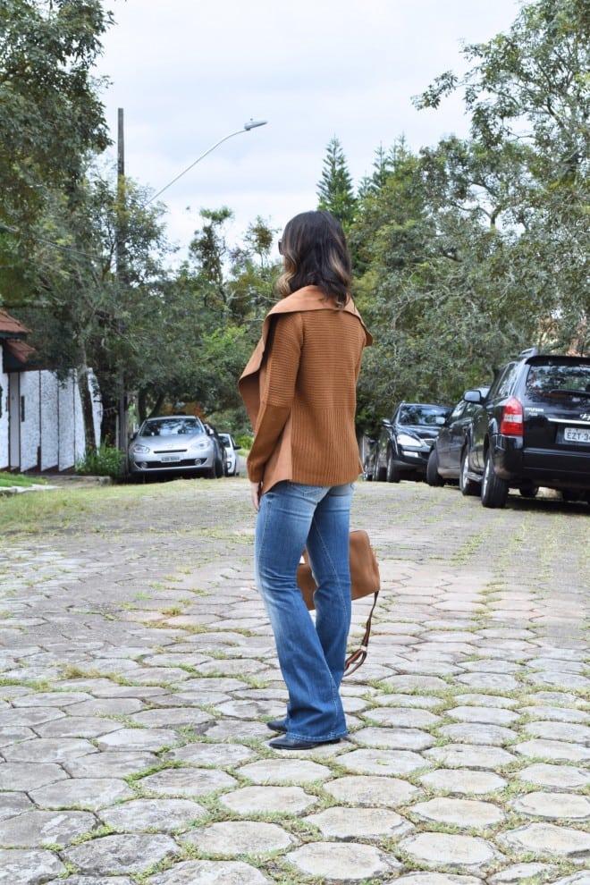 look outono e inverno usando cardigan de la com calca jeans e bota