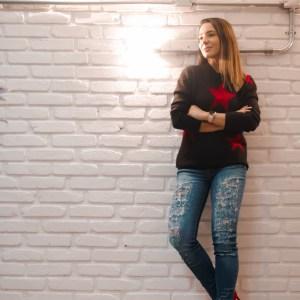 Suéter estrelado e bota vermelha no inverno