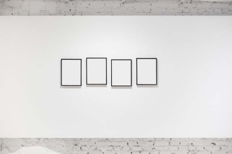 Qui est Qui ? - tableaux sur mur blanc