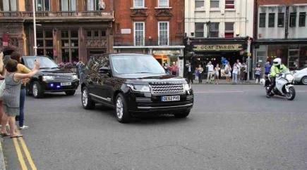 Kade Middletoàn et Georges quittent l'hopital Ste Mary en Range Rover