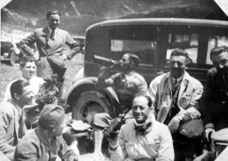 Tazio Nuvolari, Luigi Arcangeli et Enzo Ferrari avec Prospero Gianferrari