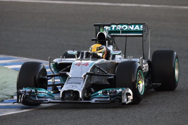Mercedes-W05-en-piste