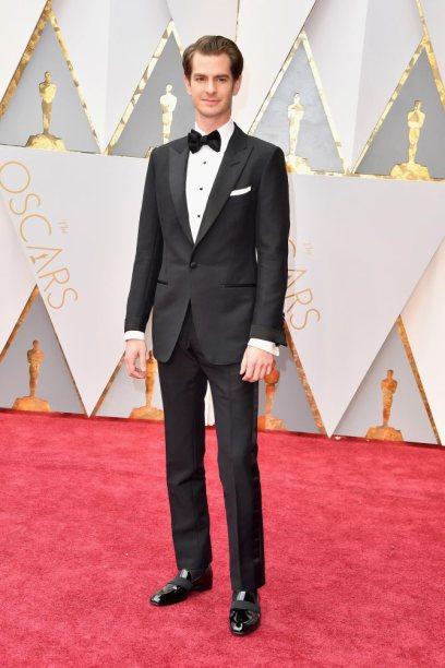Andrew Garfield nomeado para Melhor Ator Principal está perfeito no seu smoking preto. Simples mas eficaz.
