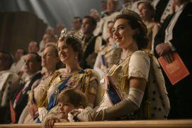 Durante a coroação a princesa Margaret (Vanessa Kirby) e a Rainha Mãe utilizavam vestidos elagantíssimos adequados gentilmente à cerimónia que estavam presentes.