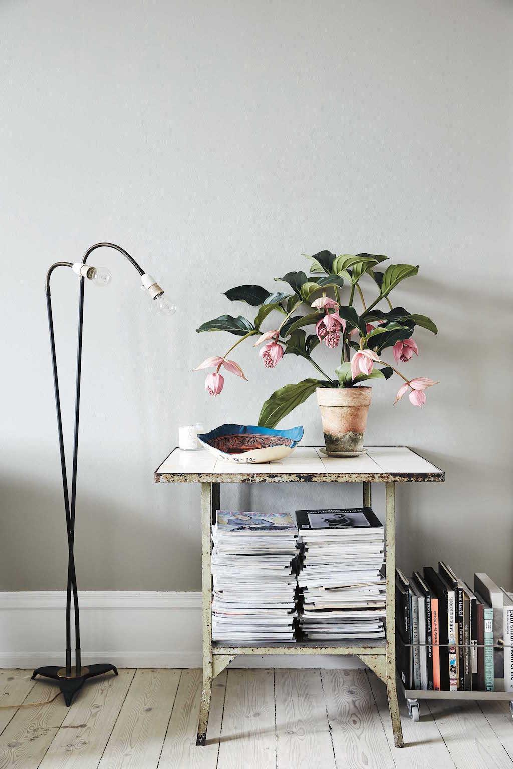 Diese Art von Tisch stand früher typischerweise in dänischen Kü- chen. Er ist gebraucht, genauso wie die Stehlampe daneben.