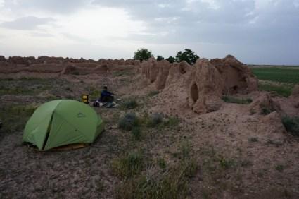Zelten in alter Wüstensiedlung