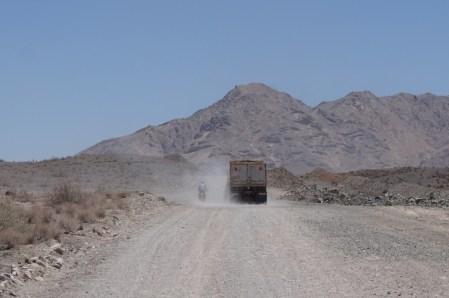 Ohne Asphalt durch die Wüste mit viel Staub und den Taschen voller Wasserflaschen