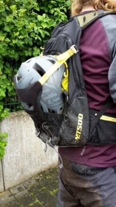 Helmtragesystem außen nimmt auch Fullface Helme problemlos auf