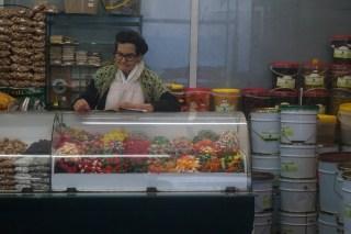 Die alte Dame wachst streng über die Süßigkeiten