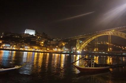 Vor den Portweinlagern in Porto