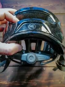 Die Feineinstellung übernimmt das einhändig zu bienende Einstellrädchen am Hinterkopf.