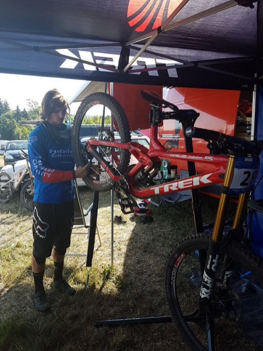 Marcell bereitet sein Bike für die Strecke vor.