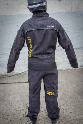 ... und nach einer kurzen Behandlung mit dem Gartenschlauch ist der Anzug wieder sauber und Patrick immer noch trocken.
