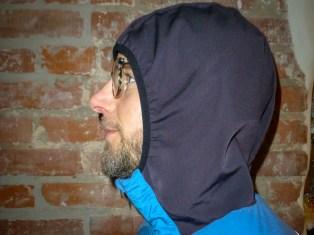 Die Kapuze ist so geschnitten, dass sie unterm Helm getragen werden kann.