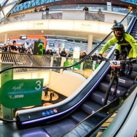 Mit dem Bike die Rolltreppe hinab - Downmall Frankfurt 2016 in der MyZeil