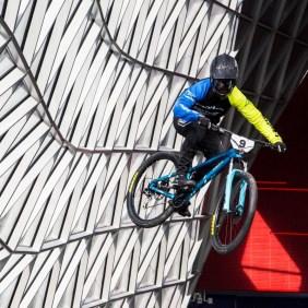 Ungewöhnlicher Anblick: Florian springt beim Downmall Frankfurt 2017 druch das Einkaufszentrum MyZeil