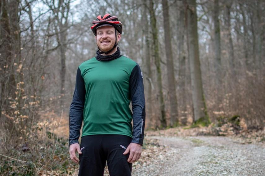 Das Trail LS Trikot von ASSOS kommt in drei Farben, Rot, Grün und Blau. Wir haben uns für das schlichte Dunkelgrün entschieden.