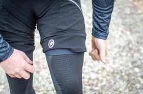 Zuerst die Knielinge, dann die Liner Shorts: Das Material der Trail Knieschützer muss in direktem Kontakt zur Haut stehen, sonst rutscht es.
