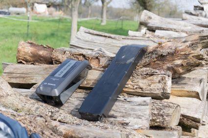 Ein Bosch-Akku passt bequem rein, aber längere Akkus, wie z.B. der Brose-Akku vom Specialized Kenevo und vom alten Levo (bis 2018) ragen weit aus dem Akkufach hervor, passen aber trotzdem in den Amplifi E-Track 23 Rucksack.