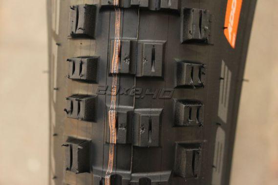 Ein weiteres optisches Detail: Auf dem EDDY CURRENT ist die Dimension des Reifens, einige Male, zwischen den Stollen, abgebildet.