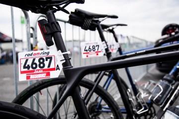 Mit Startnummer und Licht versehen sind die Räder startklar