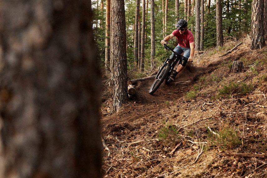 """""""Volle Bewegungsfreiheit"""" bergab genießen - das ist nicht nur für Tester Anton das oberste Gebot beim Mountainbiken."""
