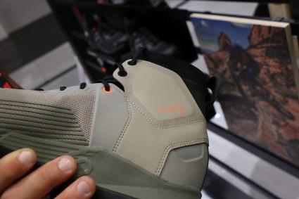 Der Trailcross Mid Pro schützt mit D30 Material die Knöchel