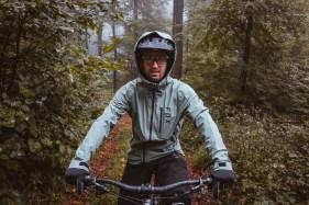 Frontalansicht beim Sitzen auf dem Bike